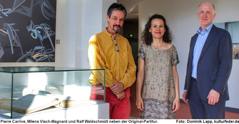 Neben der Original-Partitur von Albéric Magnard stehen Pierre Carrive, Milena Vlach-Magnard und Ralf Waldschmidt (Foto: Dominik Lapp)